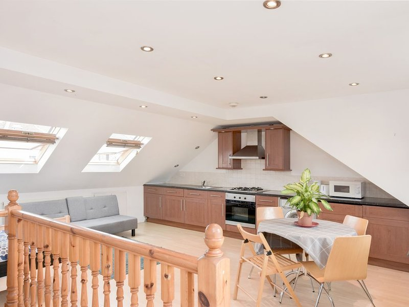 Sunny Attic, a superb rooftop with Kitchen, Sofa, TV and fast Wi - Fi., holiday rental in Stratford City