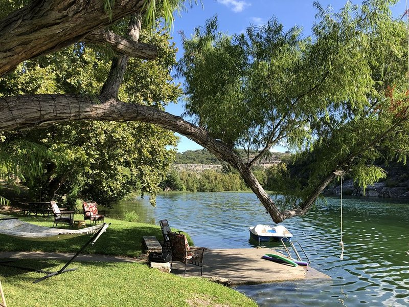 BEST SPARKLING WATER PRIVATE RIVERFRONT IN HUNT!  Charming House and Cabin., location de vacances à Hunt