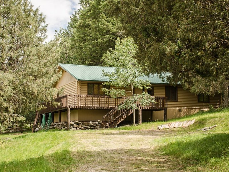 Make yourself at home in this cozy, fun, family-friendly Swan Valley rental, holiday rental in Swan Valley