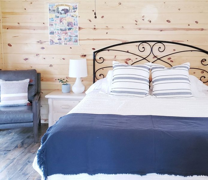 A cute cabin tucked away in the woods. Perfect for romantic get-aways, holiday rental in Keystone
