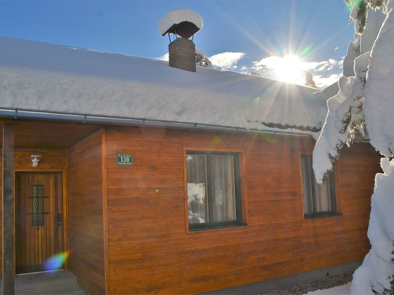 Sunlit Cabin with Jacuzzi in Turracherhohe, location de vacances à Innerkrems