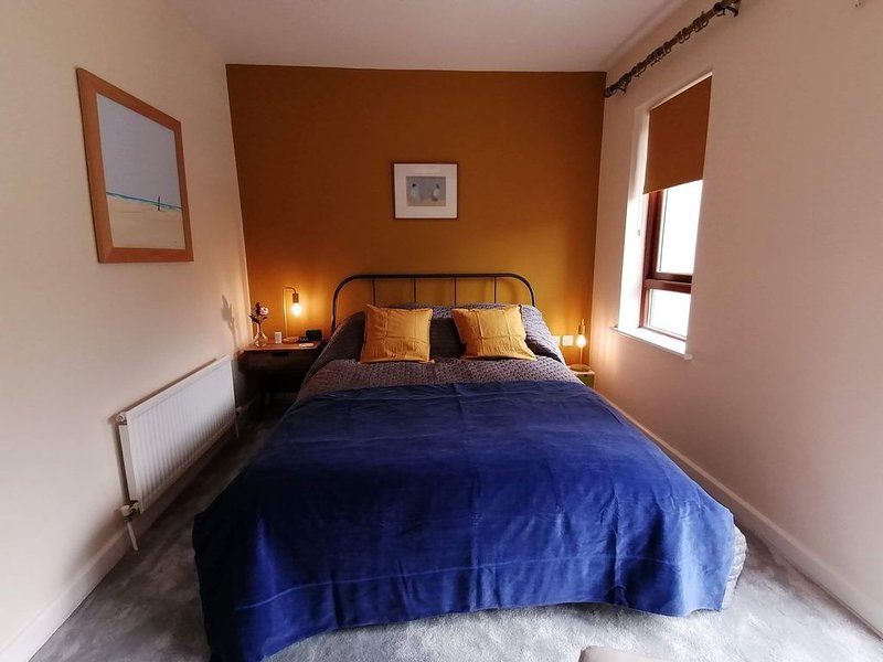 Stylish, spacious, airy, 2 bed apartment overlooking North Dublin coastline., vacation rental in Howth