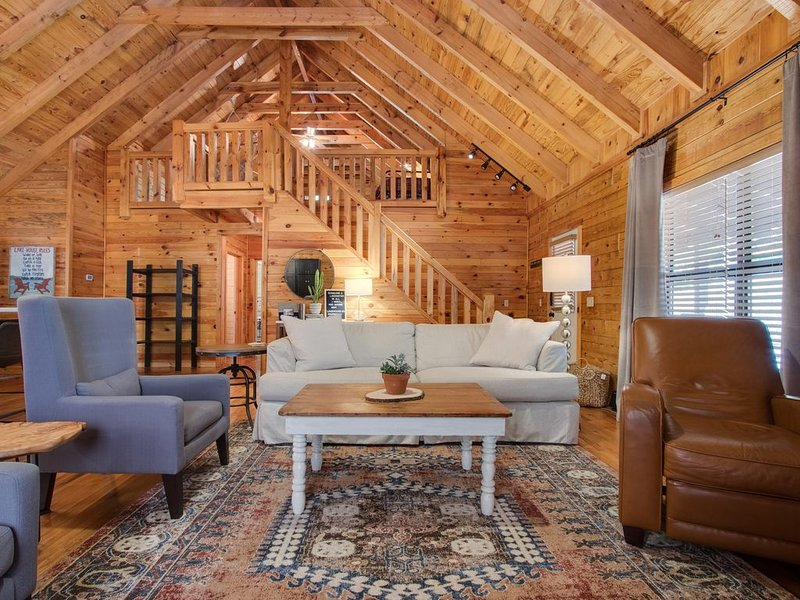 Beautiful modern log cabin. I promise, you will never be ready to leave❤, alquiler vacacional en Silver Point