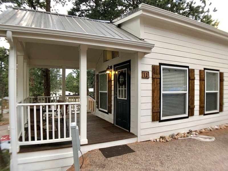 ****THOROUGHLY cleaned/sanitized****Brand New Farmhouse Tiny Home with a view!, alquiler de vacaciones en Woodland Park