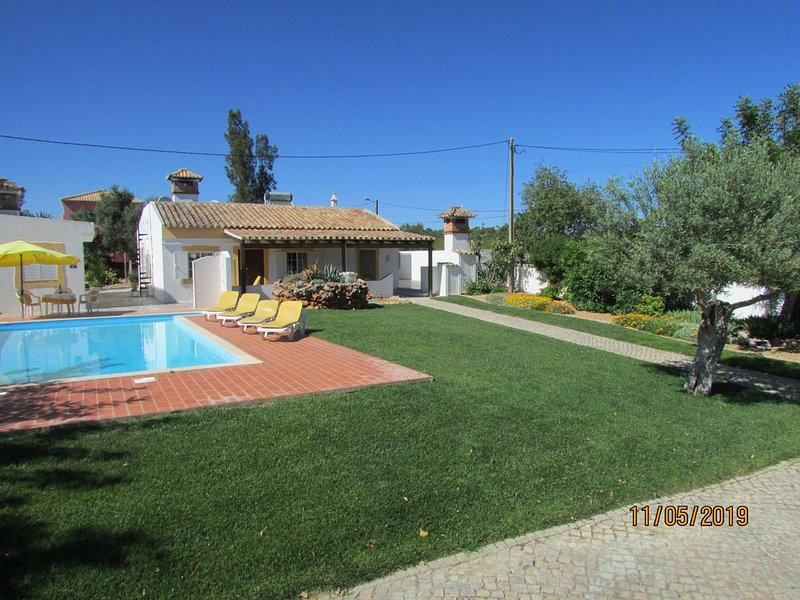 Villa with private pool. Tavira Tourist Licence No. 45, holiday rental in Moncarapacho