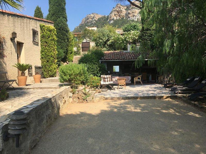 villa spacieuse avec piscine et tennis collectif, alquiler vacacional en Roquefort-la-Bedoule