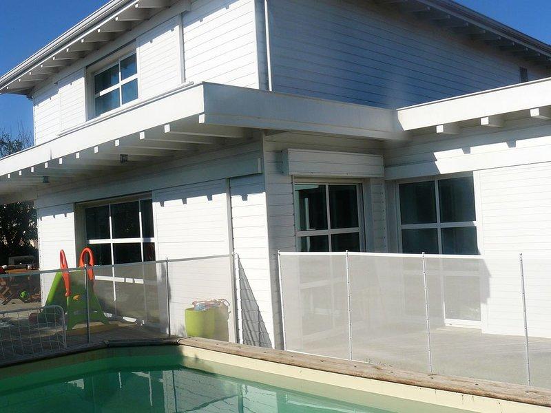 Maison d'architecte avec piscine, 10 personnes,proche Bordeaux, holiday rental in Canejan