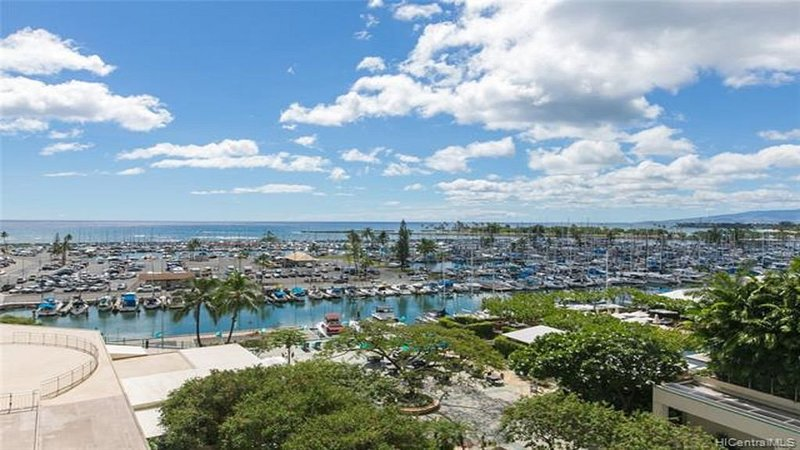 Modern Oceanfront & Oceaview Ilikai Condo w/ Newly Renovated Kitchen, vacation rental in Honolulu