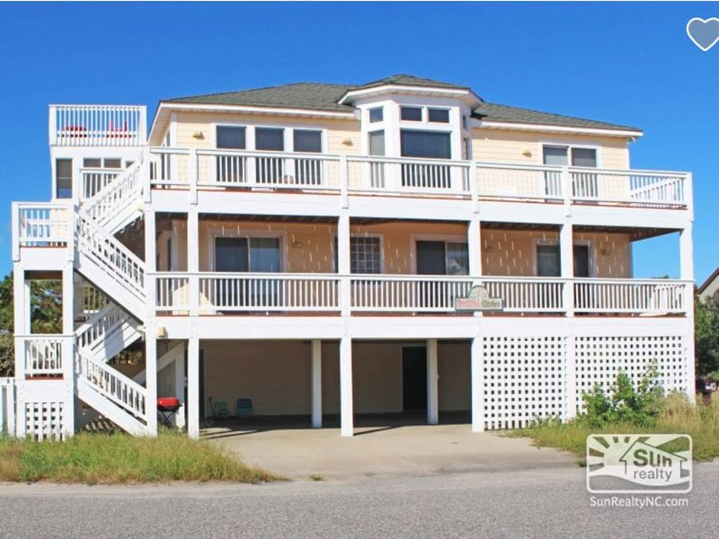 Great Ocean Views! 7 Bedrooms (3 Masters) Right on the Beach Access with Pool! – semesterbostad i Corolla