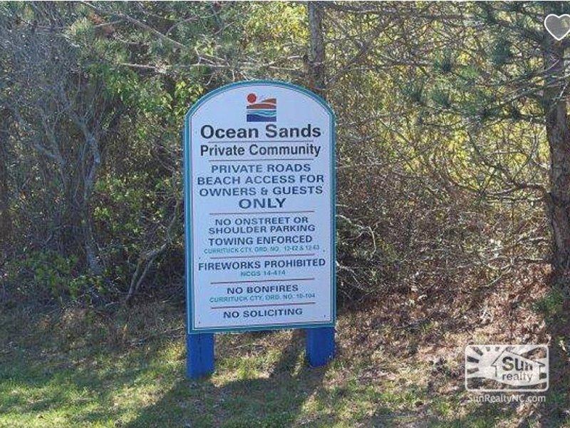 El acceso a la playa está restringido a los residentes del vecindario, no hay acceso público.