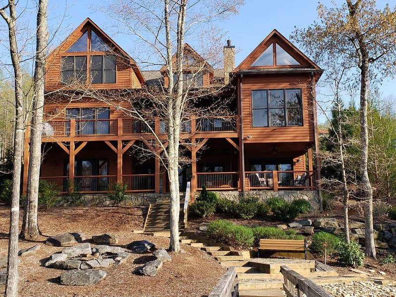 Perfect Lakefront Retreat at Lake James! 5BD/5BA, Pontoon Boat Avail, Book now!, holiday rental in Nebo