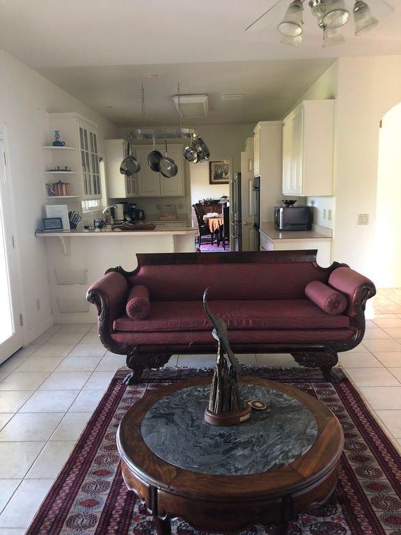 Fluxo da sala de estar para a cozinha para a sala de jantar