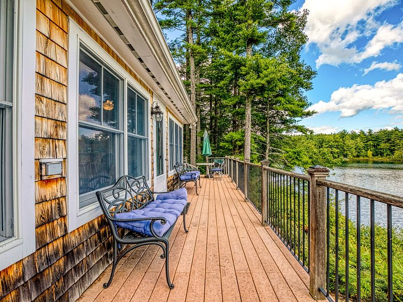 Lakefront home w/ private dock, kayaks, canoe & incredible views!, alquiler de vacaciones en Pownal