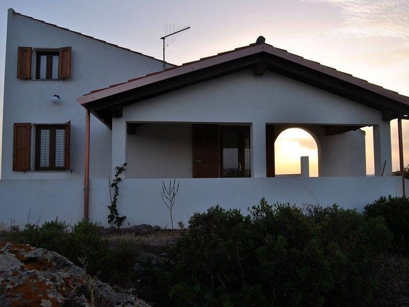 Luminosa Villetta in un' oasi di verde con vista mare, holiday rental in Calasetta