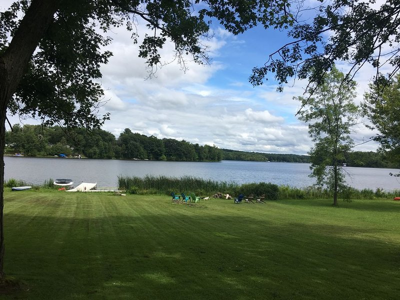 Spacious 4 bedroom house on lake, vacation rental in Oneida