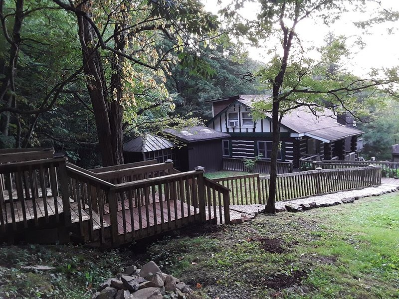 Mountain cabin with high elevation with Creek and waterfall frontage, aluguéis de temporada em Bakersville