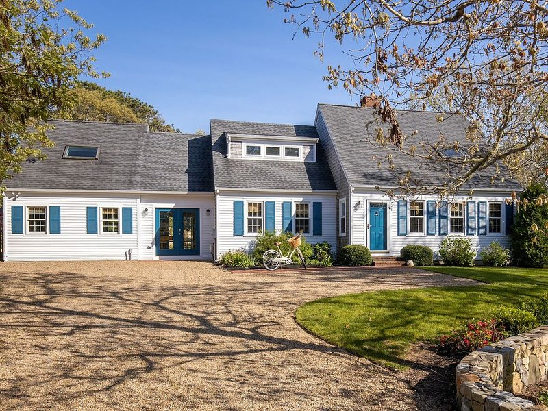 Completely renovated Edgartown cape with New Pool ~ Sleeps 14, Ferienwohnung in Edgartown