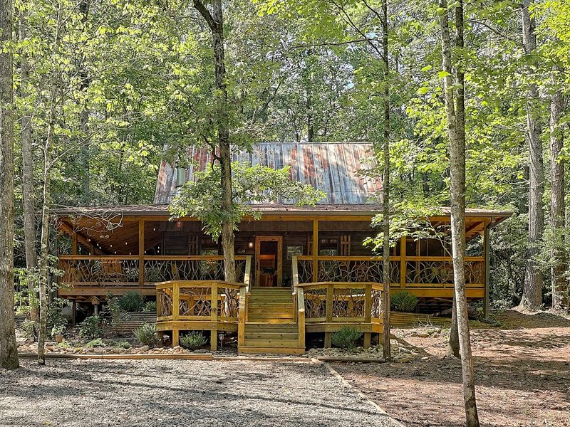 Secluded woodland cabin w/ hot tub, firepit & fireplace!, vacation rental in Sautee Nacoochee