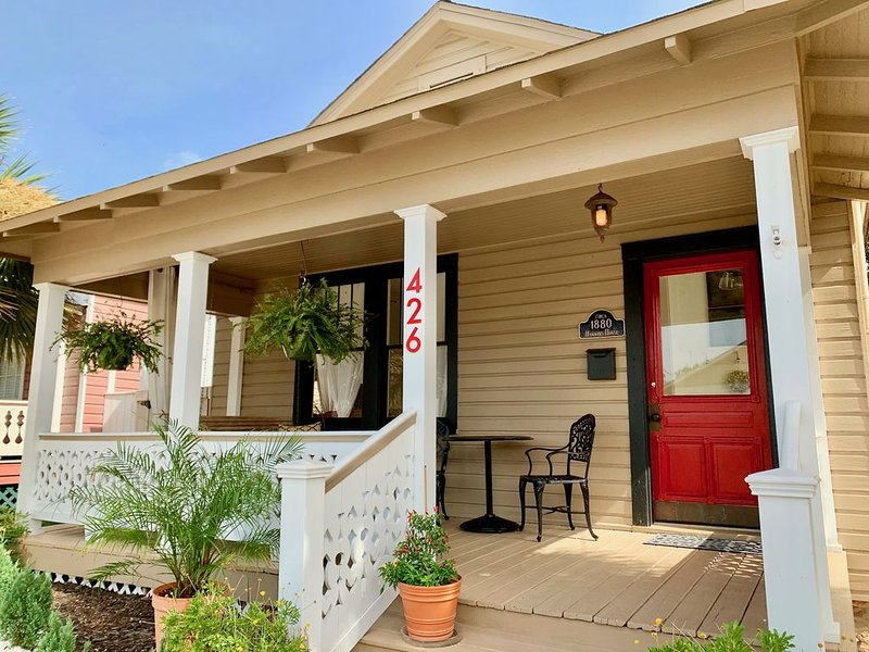 The RED DOOR circa 1880 - Downtown Pensacola, holiday rental in Pensacola