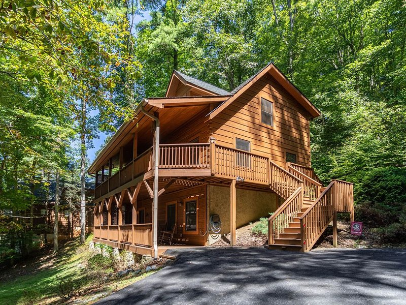 A Riversound - Valle Crucis Cabin with Large hot tub, Pool, Poker table, walk to, location de vacances à Valle Crucis