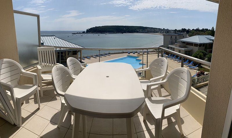 Appartement vue mer avec piscine, accès direct à la plage, vacation rental in Finistere