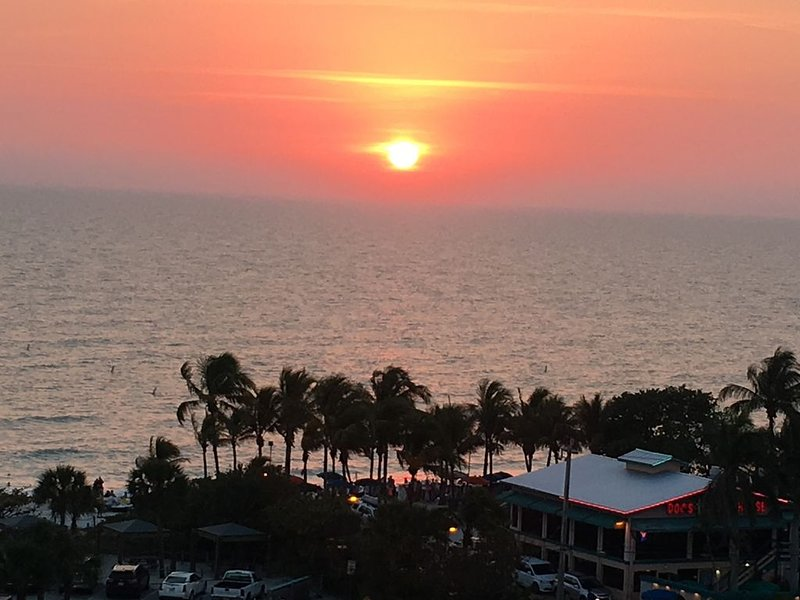 Beautiful 1 Bedroom Condo - Steps to the Gulf Coast - Relax and Enjoy the Beach, vacation rental in Bonita Springs