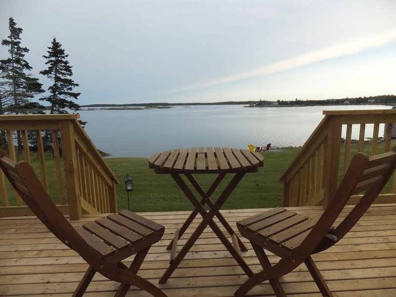 Oceanfront cottage.  Privacy. 5 to 25 minutes to beaches, towns & historic sites, holiday rental in Port Medway