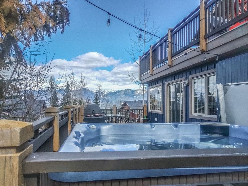 kickback and relax in a private hottub to limitless views in every direction!, location de vacances à Golden
