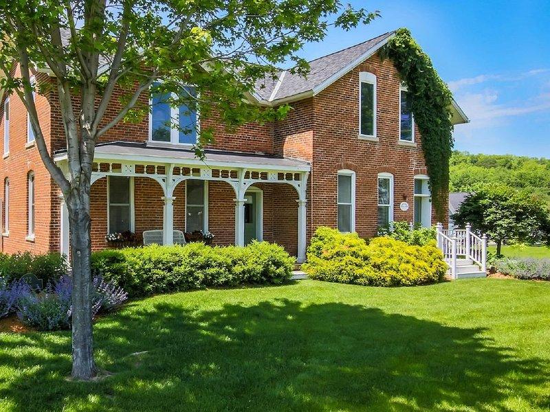 Charming Brick Farmhouse with a Touch of Elegance.  -Winona, casa vacanza a Minnesota City