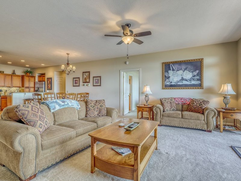 Spacious condo w/views of Grandfather Mountain, private deck and level parking, holiday rental in Sugar Mountain