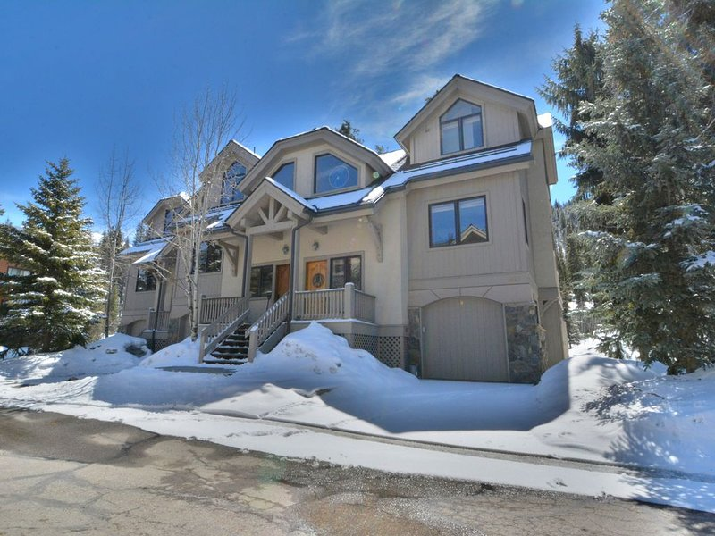 Slopeside 4BR Townhome * Private Hot Tub * Next to Lifts * 3 Stories!, alquiler vacacional en Keystone
