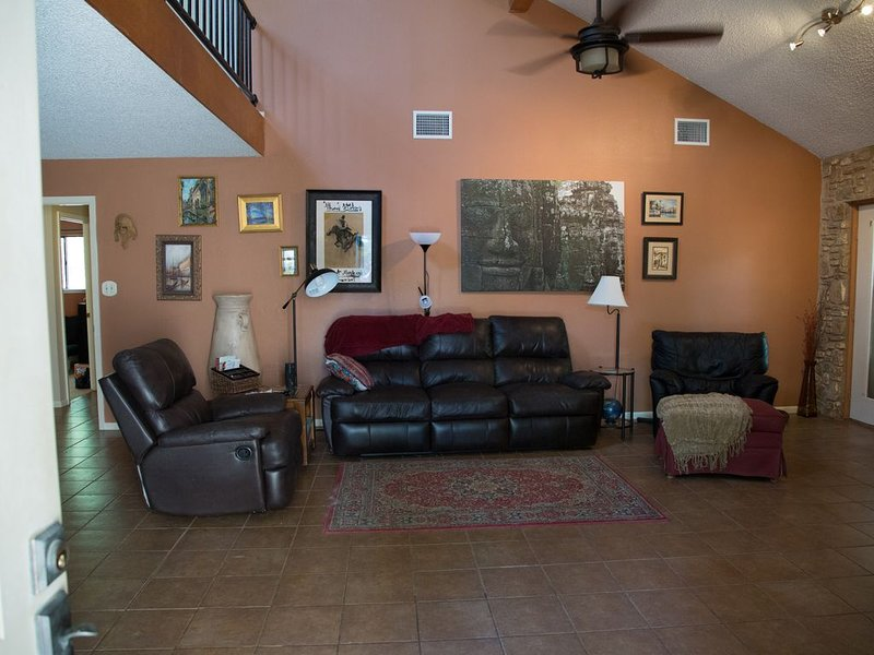 Enjoy the deer while close to downtown SM and many daytrips, vacation rental in San Marcos