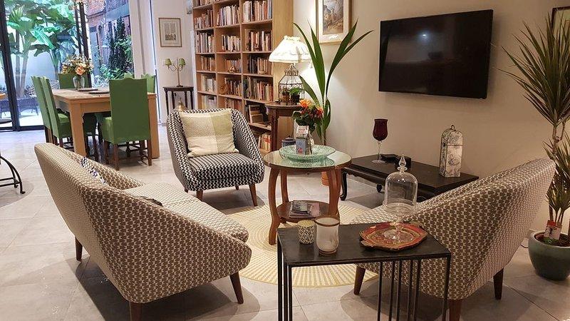 Appartement de standing 90 m² avec terrasse-patio dans le vieux Puy en Velay, holiday rental in Polignac