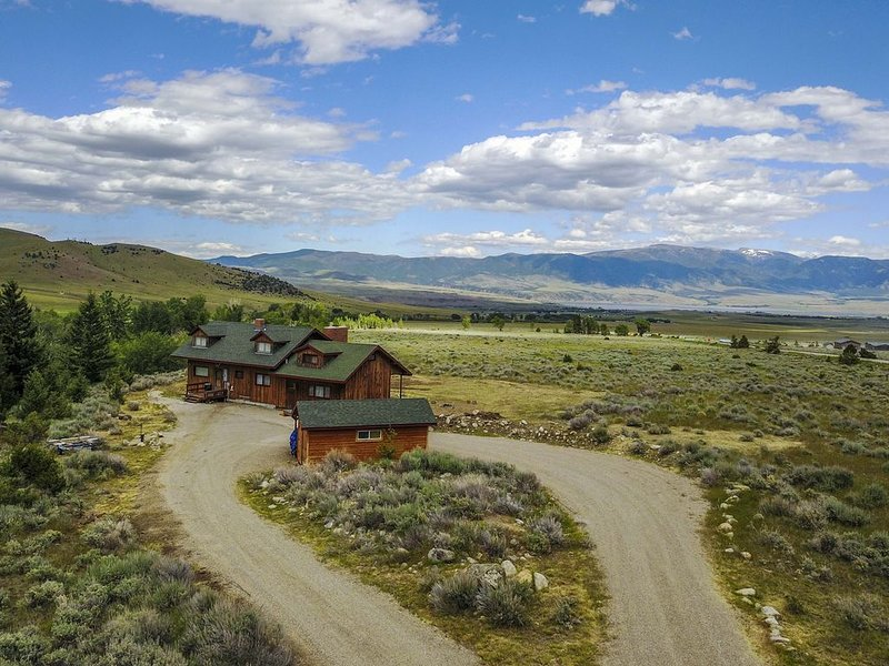 Charming Rustic Cabin in the Tobacco Root Mountains, holiday rental in Sheridan
