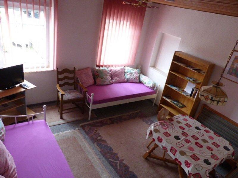 Eine Gehminute von der Fußgängerzone entfernt - Schlafzimmer mit Gartenblick, holiday rental in Dinkelsbuhl