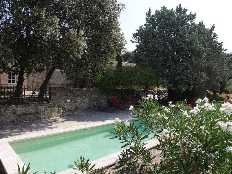 Mas provençal de charme entre vignes et bois, piscine clôturée, location de vacances à Uchaux
