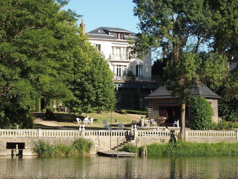 Maison de famille de charme, grand jardin fleuri en bord du Loir, 2h30 de Paris, holiday rental in Durtal