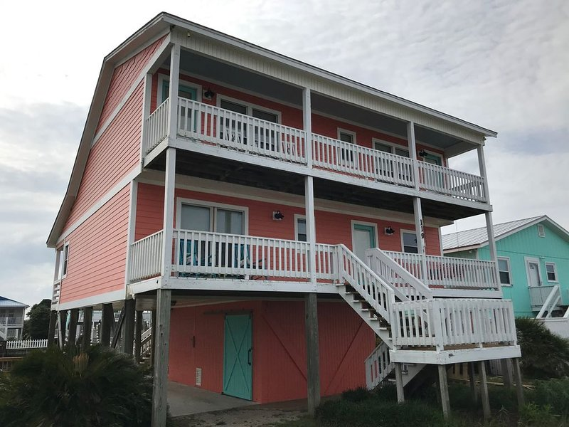 4 bedroom, 2 bathroom, CANAL house, steps to the beach access., alquiler de vacaciones en Holden Beach