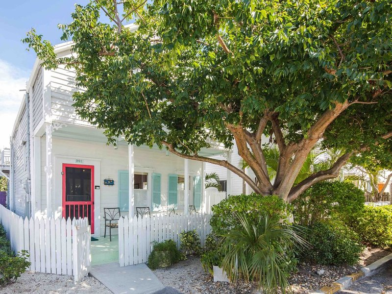 **PUERTA CORALINA * OLD TOWN** Cottage Near Duval + LAST KEY SERVICE..., holiday rental in Stock Island