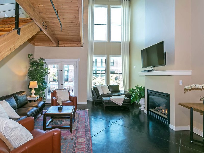 Brownstone Loft In The Heart Of Orenco Station, casa vacanza a Banks