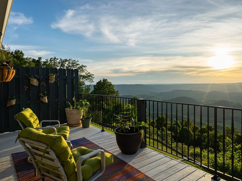 Lookout Mountain Brow Home. Large Sunset Deck, Covered Hot Tub, Screened Porch., vakantiewoning in Chickamauga