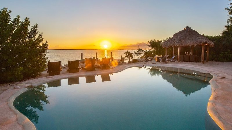 **OFF THE GRID * BAYPOINT** Waterfront Home + Beach & Pool + LAST KEY SERVICES.., holiday rental in Sugarloaf Key