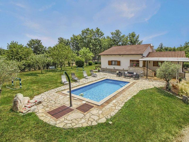 Ferienhaus Bella Collina * ruhige Lage, 2000 m2 Garten, privater Pool, holiday rental in Zminj
