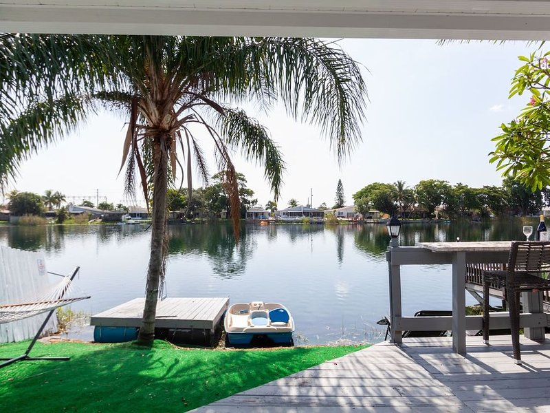 3/2 Lake House With Water front Bar Near Hard Rock Casino, holiday rental in Dania Beach
