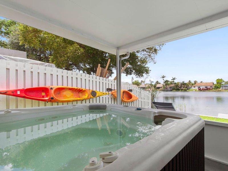 3/2 lake House With Hot Tub Near Hard Rock Casino, holiday rental in Dania Beach