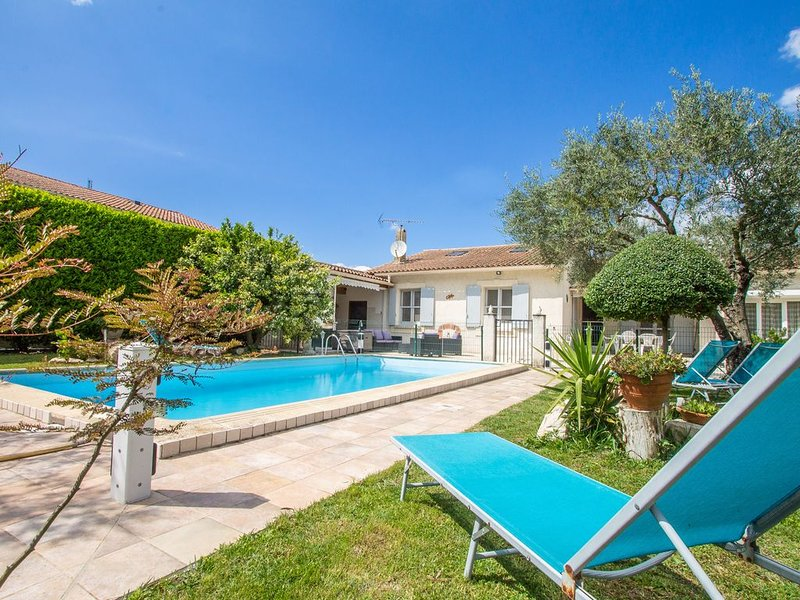 Maillane - holidayhouse with a private swimming-pool, nearby Saint Remy de Prove, holiday rental in Maillane