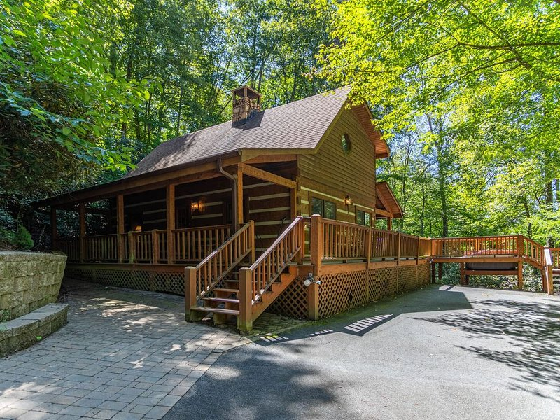 Hummingbird Hollow ~Cozy log cabin on 2 acres with hot tub & air hockey table!, location de vacances à Valle Crucis