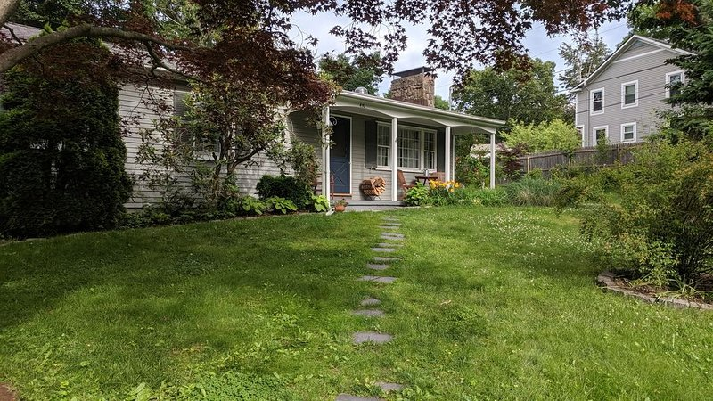 Guilford Shoreline Cottage; Birder's Paradise, vacation rental in Madison