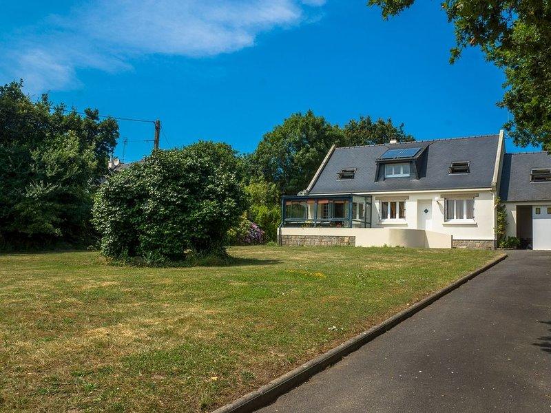 1 km de la plage maison lumineuse, avec terrasse et grand jardin privé, holiday rental in Crozon