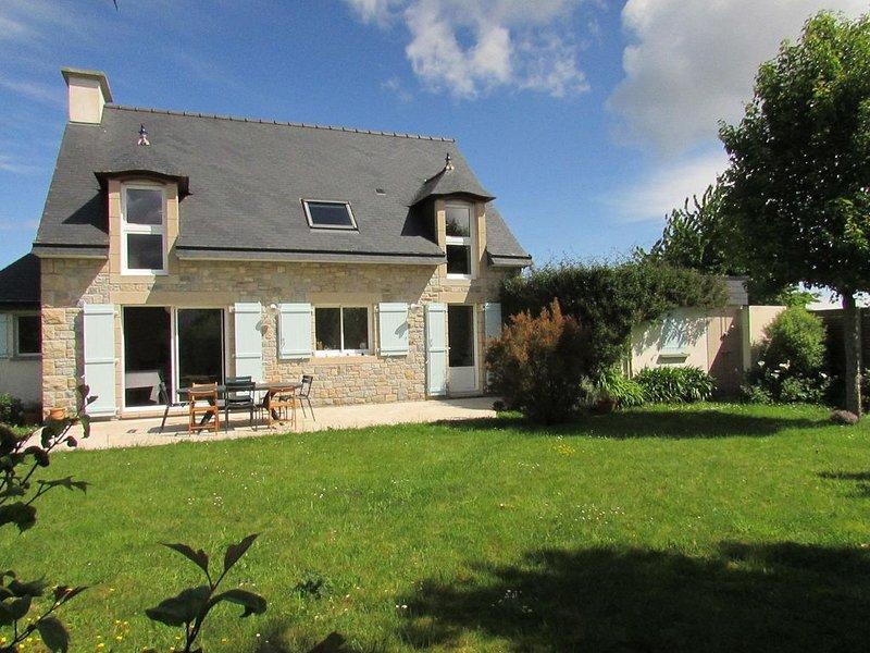 Grande maison SUD, plages, grand jardin clos, WIFI et Fibre, nettoyage pro, vacation rental in Plurien